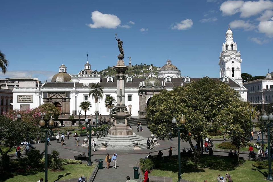 La Plaza de la Independencia y la Catedral en el Centro Histórico de Quito.