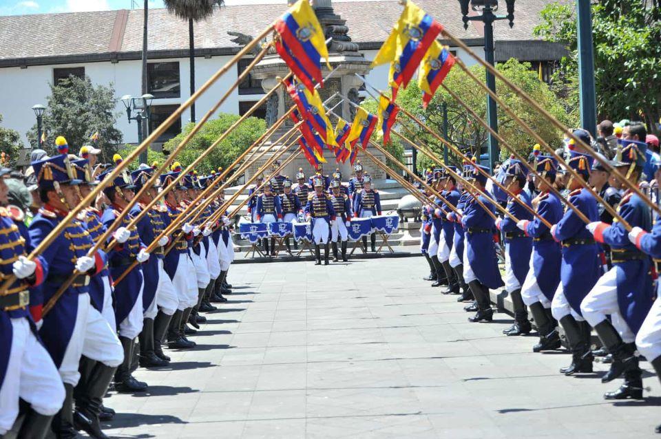 Cambio de guardia en la Plaza Grande en Quito.