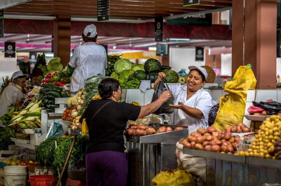 Personas en el Mercado San Francisco en el Centro de Quito.