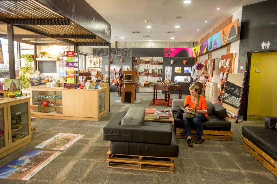 Un huésped en una tienda en el Centro Histórico de Quito.