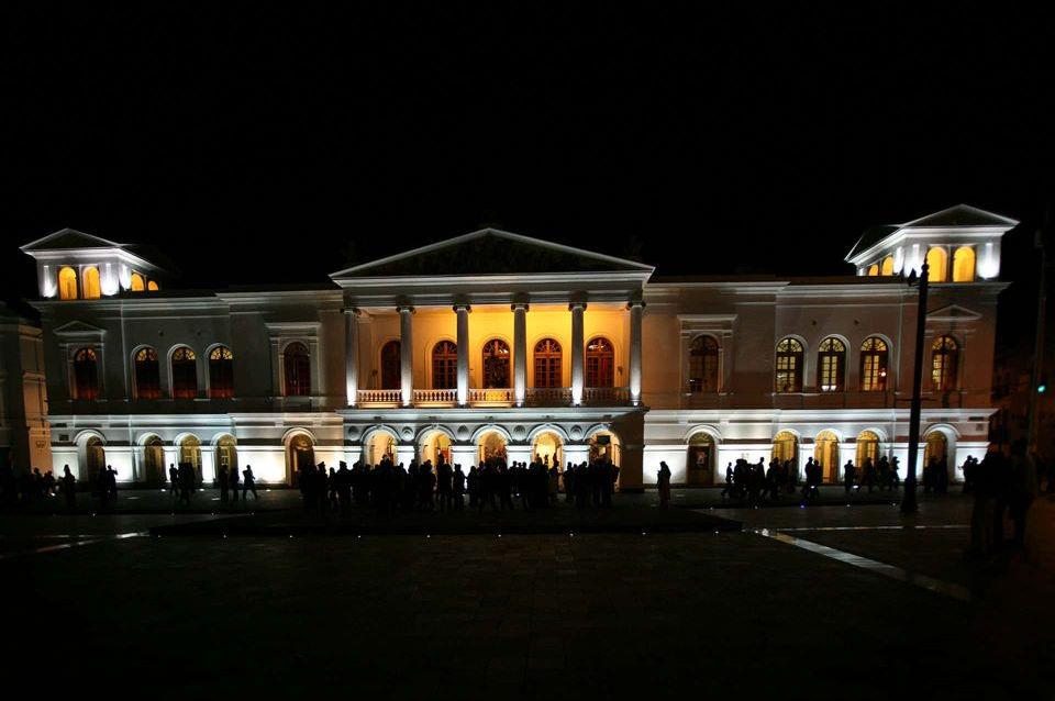 La vista en la noche del Teatro Sucre en el Centro Histórico de Quito.