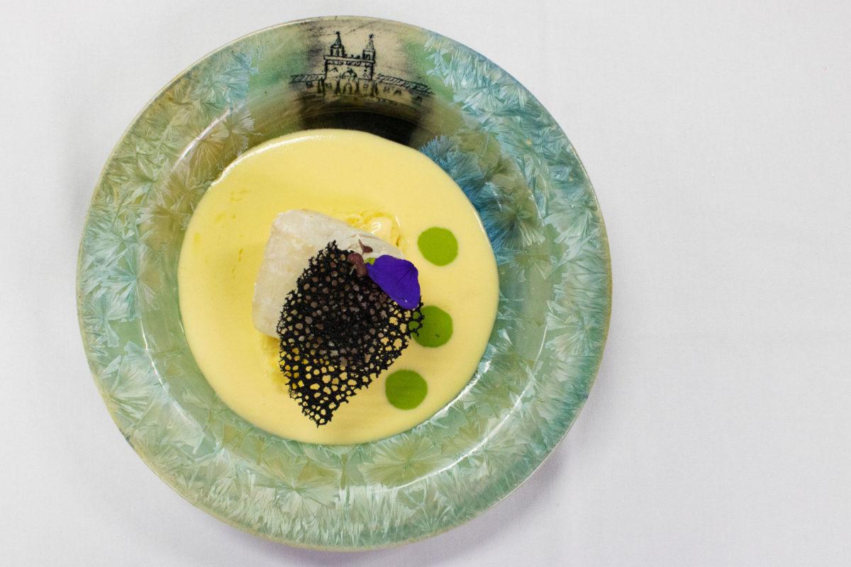 Comida de Casa Gangotena en un plato cerámico