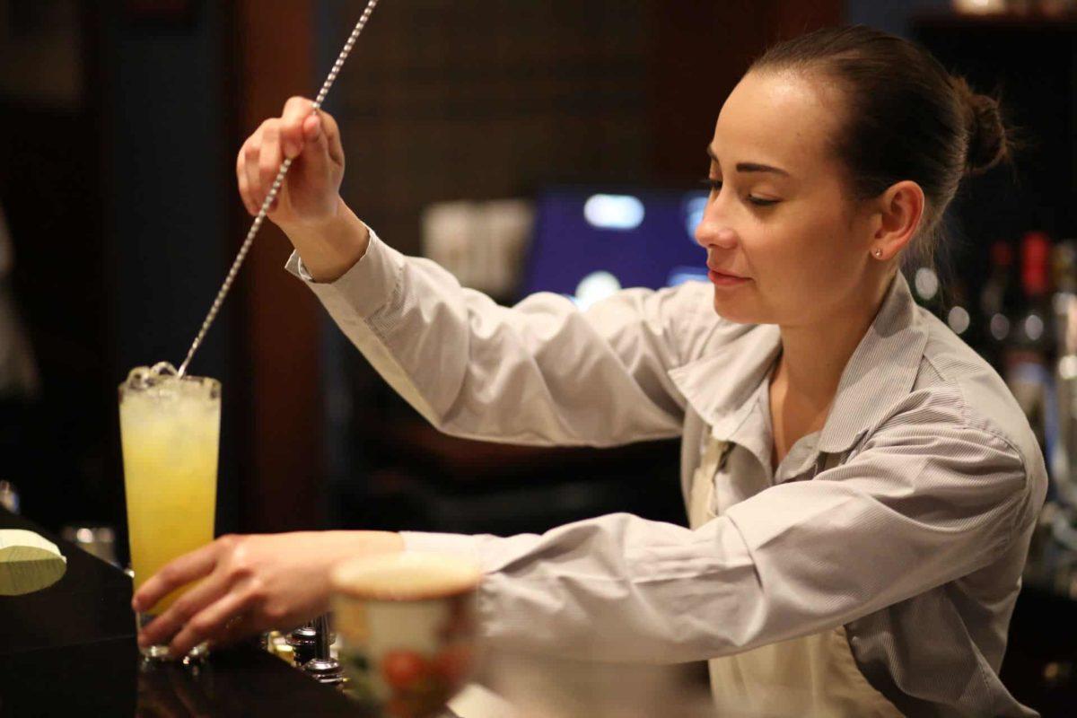 Elizabeth Arévalo, bartender