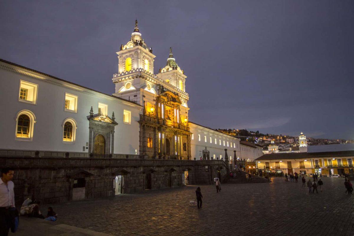 La noche en la Plaza San Francisco de Quito