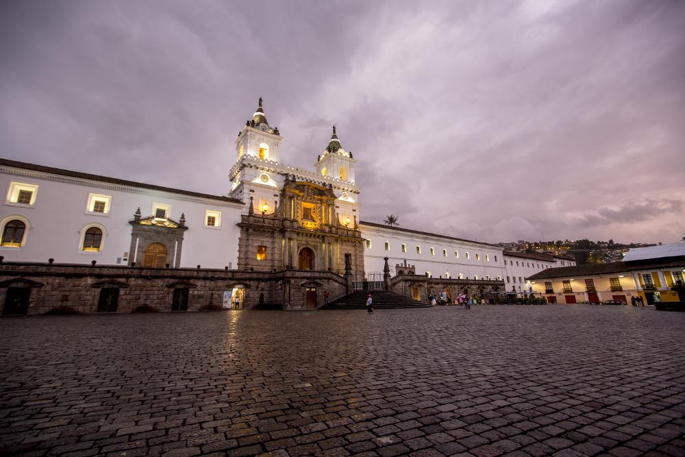 Plaza San Francisco de Quito al atardecer