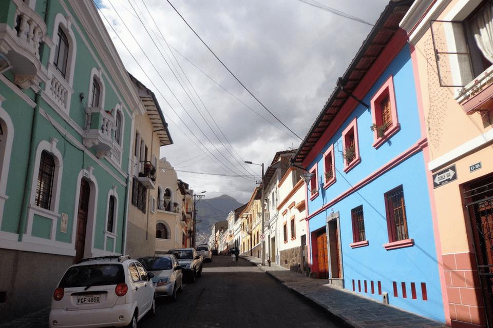 Una colorida calle del Centro Histórico de Quito