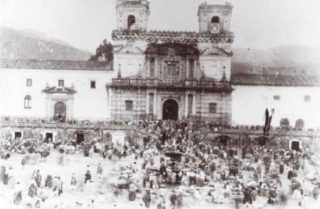 Iglesia_y_Plaza_de_San_Francisco_en_domingo_de_mercado_Quito_1870