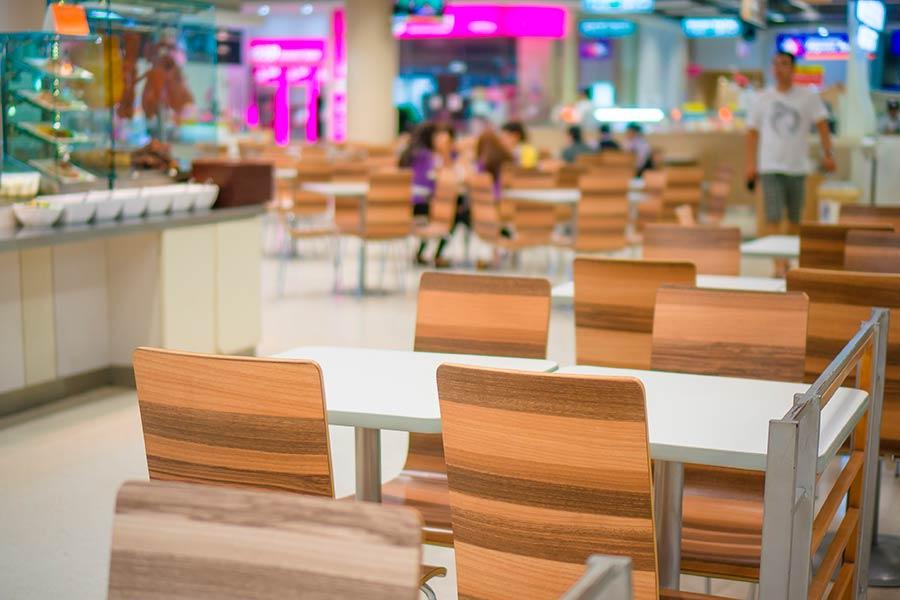 Patio de comidas en un centro comercial