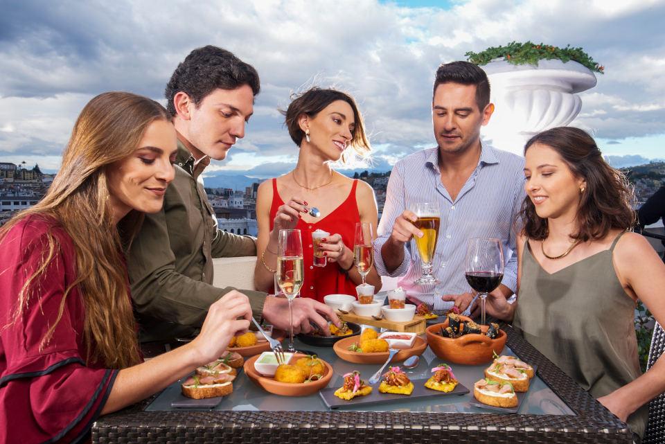 Comida y bebida en la terraza en la azotea de Casa Gangotena