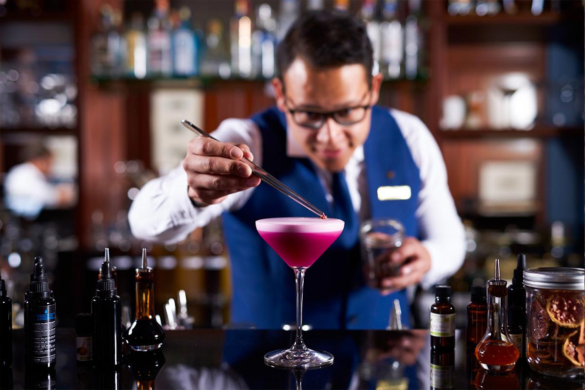Mixólogo del bar de Casa Gangotena